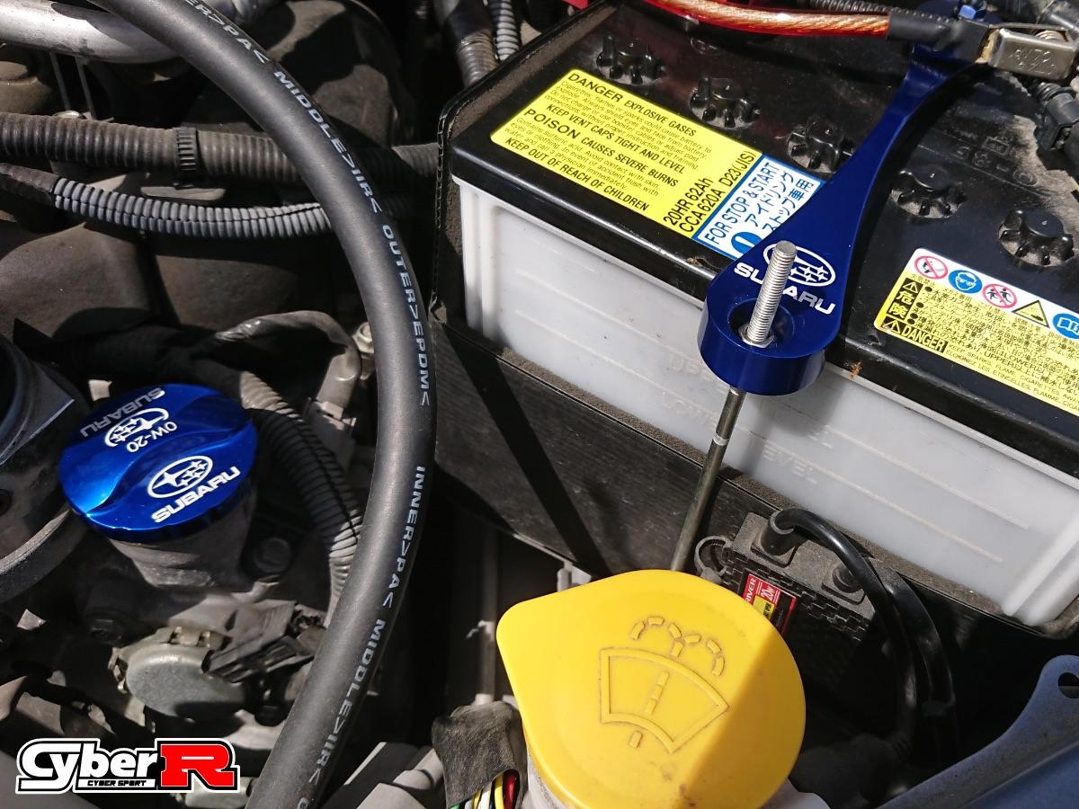 写真:オイルフィラーキャップ・バッテリーホルダー